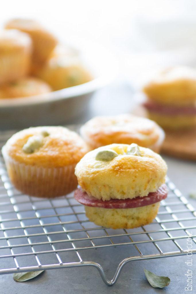 Muffin con fave e pecorino su sfondo effetto pietra